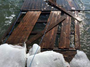 Retten, was noch zu retten ist: Der Wind und das Eis haben unserem Rudersteg stark zugesetzt.